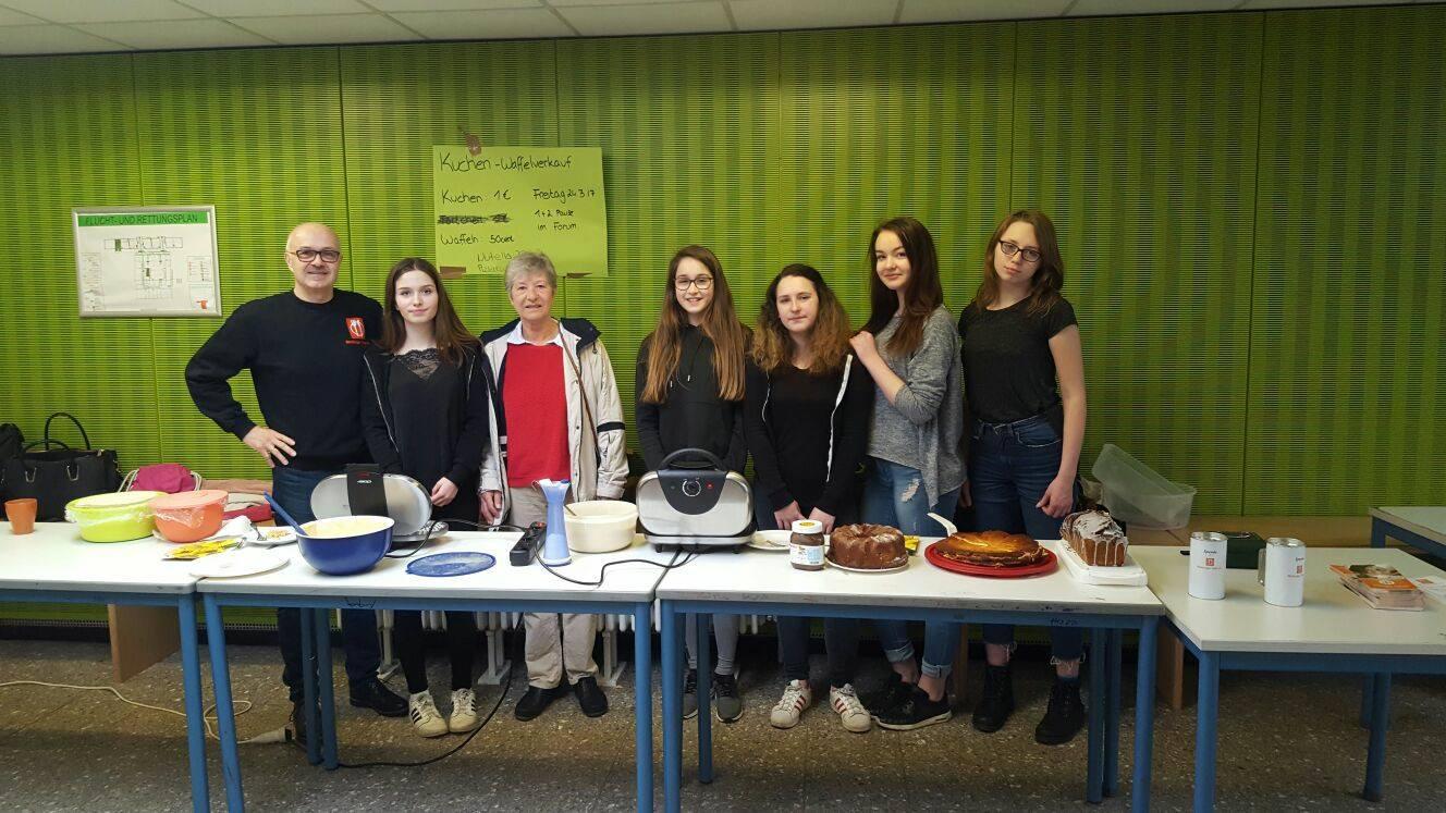 Schulerinnen Verkaufen Kuchen Fur Guten Zweck Die Marburger Tafel E V
